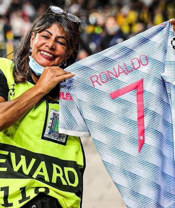 Stewardka, która wczoraj na rozgrzewce została uderzona piłką po strzale CR7, dostała od niego potem koszulkę